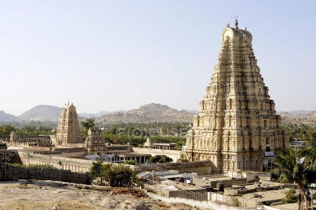 Ansicht der Virupaksha Tempel und Hill Sohn Hintergrund tagsüber, Karnataka, Indien — Stockfoto