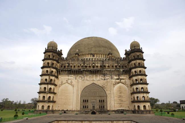 Vista frontale del tempio Gol Gumbaz durante il giorno, Karnataka, India — Foto stock