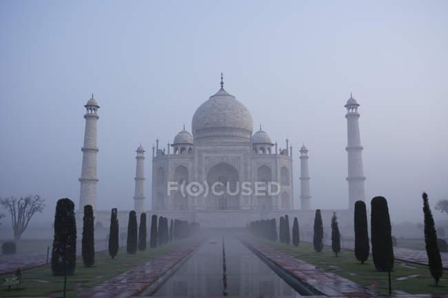 Taj Mahal prima dell'alba circondato da nebbia, Agra, India — Foto stock