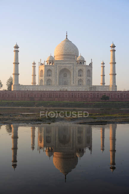 View of Taj Mahal with towers in pond water during daytime, Agra, India — Stock Photo
