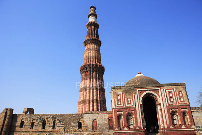 Qutb Minar, Alai Darwaza, built in 1311, the red sandstone tower, Indo-Muslim art, Delhi Sultanate, UNESCO World Heritage Site, Delhi, India — Stock Photo
