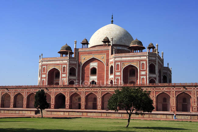 Humayun's Tomb, built in 1570, made from red sandstone and white marble, first garden-tomb on the Indian subcontinent, persian influence in mughal architecture, UNESCO World Heritage Site, Delhi, India — Stock Photo