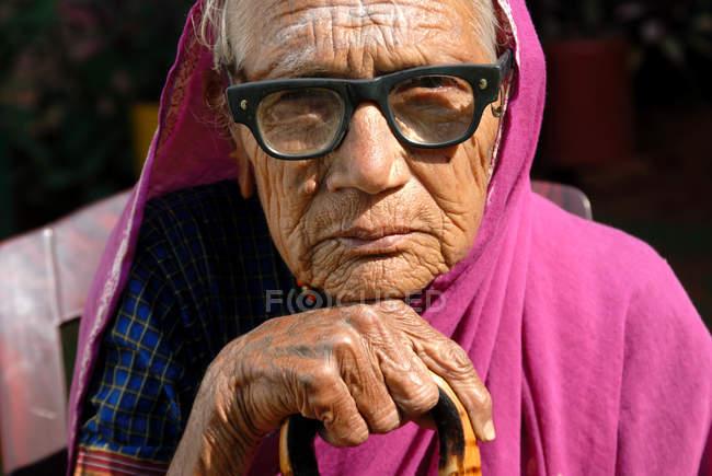 Retrato de velha rural Indiana em copos. Lonavala, Maharashtra, Índia — Fotografia de Stock