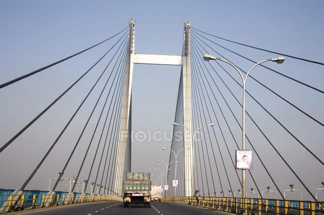 Vista da ponte moderna com caminhão na estrada durante o dia — Fotografia de Stock