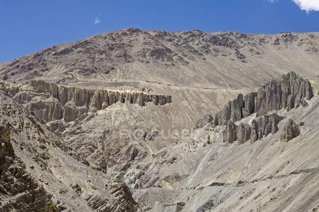 Ерозія протягом століть створила цікаву sclptures в горах піщаний холодний пустельний ландшафт Ладакху. Індія — стокове фото