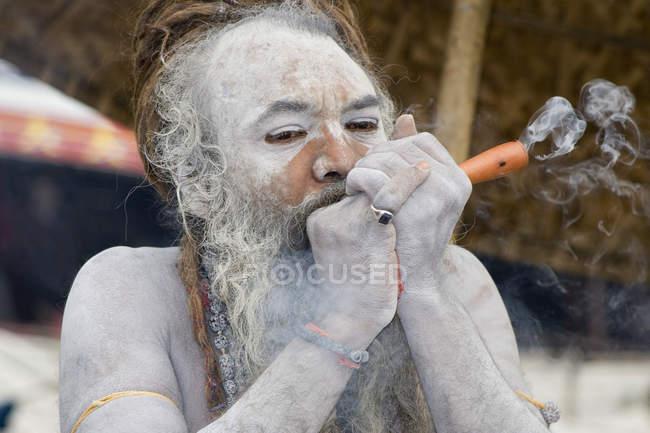 Indiano Saint Nagababa Shivdasgiri tabacco da fumo. Varanasi, India — Foto stock