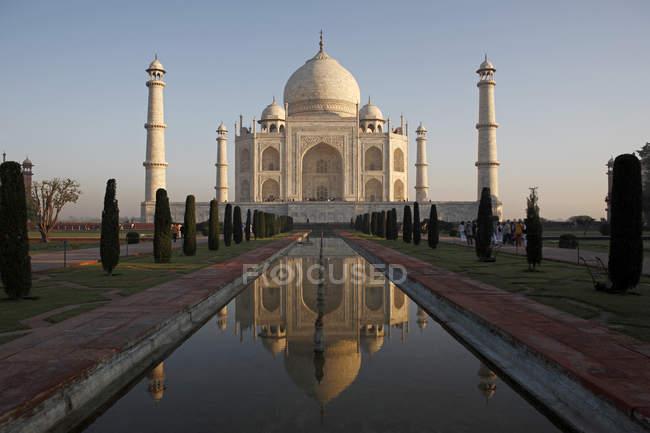 Patrimoine mondial, vue de face du Taj Mahal. Agra, Inde — Photo de stock