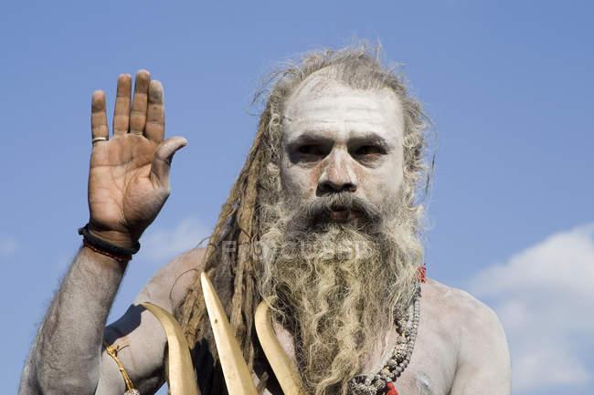 Indiano Saint Nagababa Shivdasgiri guardando la fotocamera e alzando la mano. Varanasi, India — Foto stock