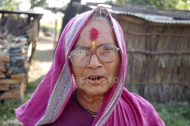Le sourire de femme rurale avec des dents noires en sari rose. Salunkwadi, Ambajogai, Beed, Maharashtra, Inde — Photo de stock