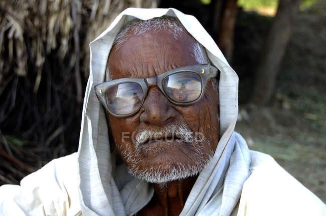 Portrait d'agriculteur indien en vêtements nationales avec moustache blanche et des lunettes. Salunkwadi, Ambajogai, Beed, Maharashtra, Inde — Photo de stock