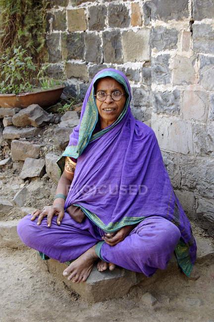Сільських Індійська старенька сидячи перед будинком. Salunkwadi, Ambajogai, штаті Махараштра, Індія — стокове фото