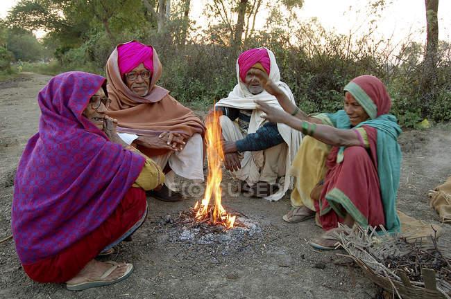 Індійська сільських жителів у національного одягу, сидячи біля багаття. Salunkwadi, Ambajogai, Beed, штаті Махараштра, Індія — стокове фото