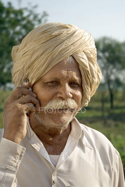 Індійська фермер в Національний одяг, говорити на мобільний телефон, Salunkwadi, Ambajogai, Beed, штаті Махараштра, Індія — стокове фото