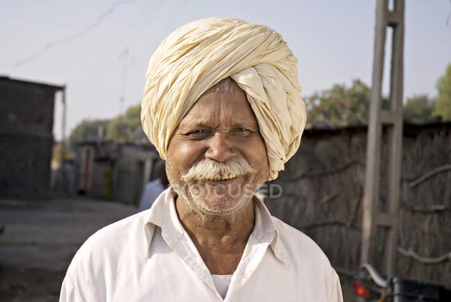 Agriculteur indien national vêtements avec moustache blanche. Salunkwadi, Ambajogai, Beed, Maharashtra, Inde — Photo de stock