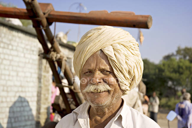 Indian farmer in national clothes with white mustache. Salunkwadi, Ambajogai, Beed, Maharashtra, India — Foto stock