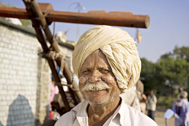 Індійський фермер в національному одязі з білими вусами. Salunkwadi, Амабажай, Беед, Махараштра, Індія — стокове фото