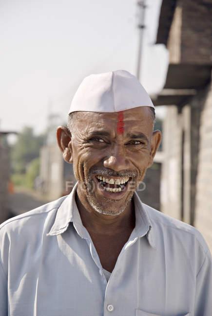 Retrato de fazendeiro indiano em panos brancos. Salunkwadi, Ambajogai, Beed, Maharashtra, Índia — Fotografia de Stock