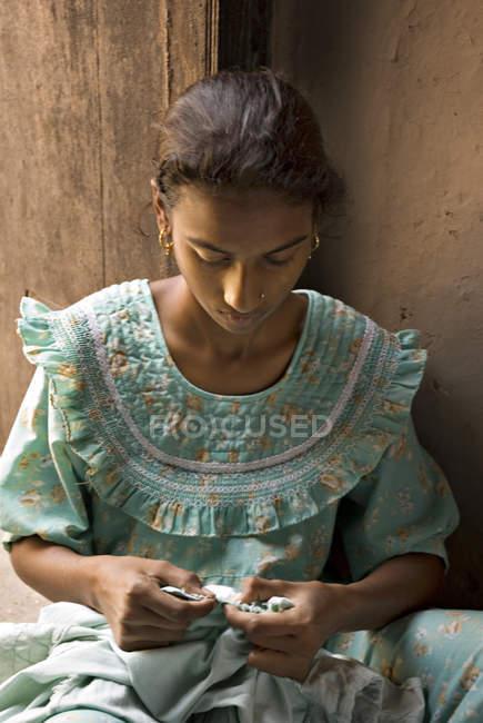 Сільська дівчина індійського гладдю torn полотна. Salunkwadi, Ambajogai, Beed, штаті Махараштра, Індія — стокове фото