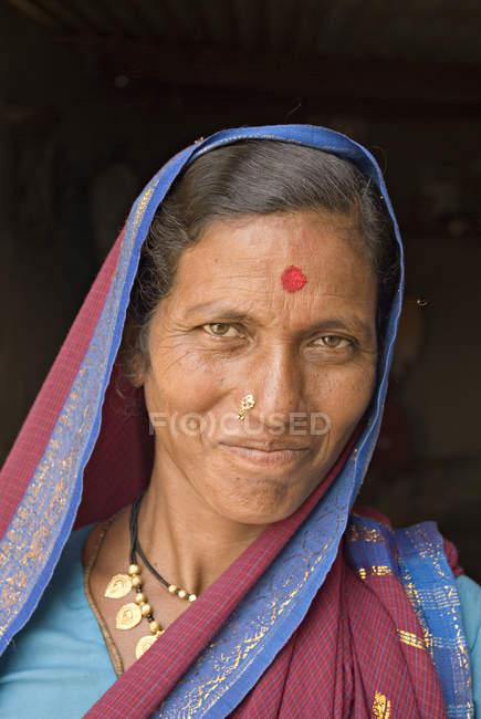 Ritratto di vecchia indiana vestita di blu pavone. Salunkwadi, Ambajogai, Beed, Maharashtra, India — Foto stock