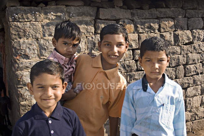 Heureux garçons ruraux en souriant et en regardant la caméra. Salunkwadi, Ambajogai, Beed, Maharashtra, Inde — Photo de stock