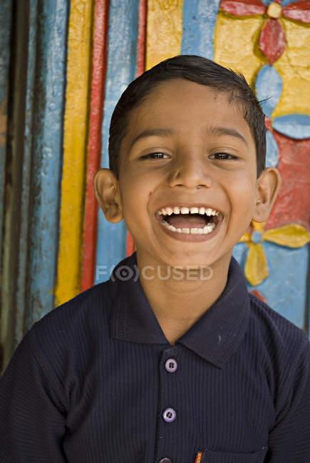 Rural garçon riant et regardant la caméra. Salunkwadi, Ambajogai, Beed, Maharashtra, Inde — Photo de stock
