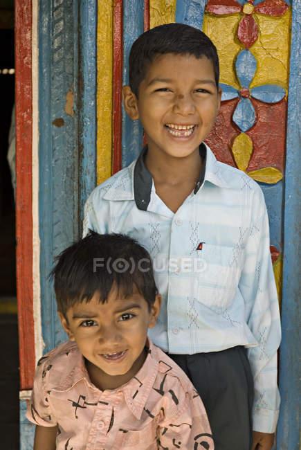 Deux garçons ruraux en souriant et en regardant la caméra. Salunkwadi, Ambajogai, Beed, Maharashtra, Inde — Photo de stock