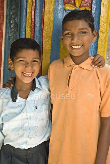 Dois meninos rurais sorrindo e olhando para a câmera. Salunkwadi, Ambajogai, Beed, Maharashtra, Índia — Fotografia de Stock