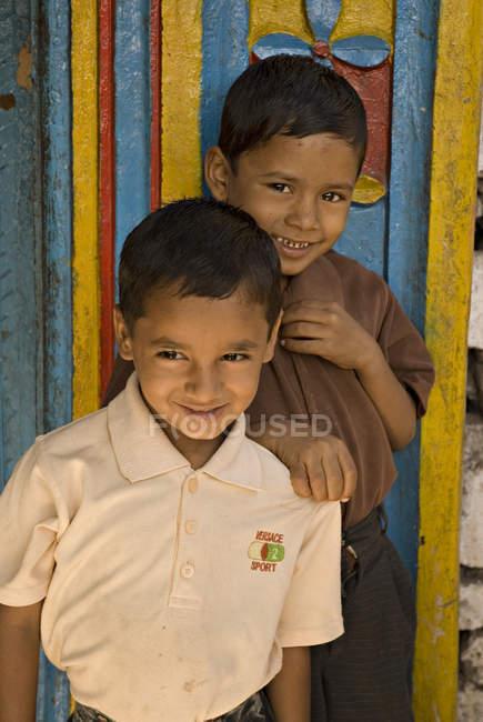 Два сільських хлопчиків, посміхаючись і, дивлячись на камеру. Salunkwadi, Ambajogai, Beed, штаті Махараштра, Індія — стокове фото