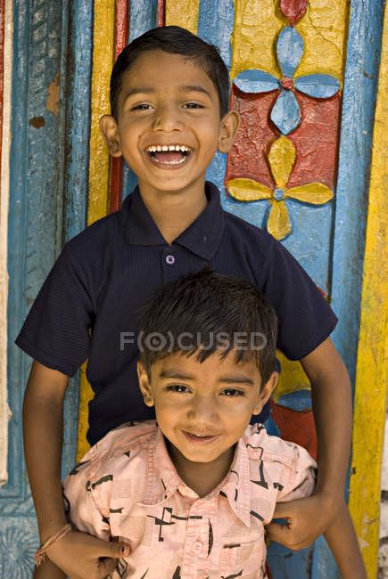 Deux garçons ruraux riant et regardant la caméra. Salunkwadi, Ambajogai, Beed, Maharashtra, Inde — Photo de stock