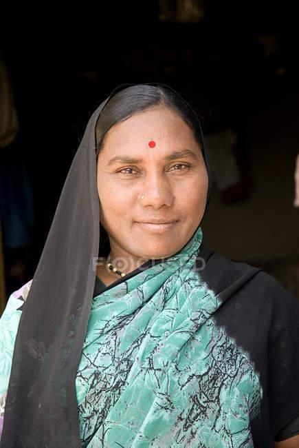 Ritratto di vecchia moglie contadina in abito blu pavone. Salunkwadi, Ambajogai, Beed, Maharashtra, India — Foto stock