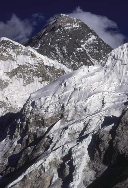 Vue des sommets de montagnes enneigées pendant la journée — Photo de stock