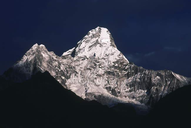 Vista delle cime delle montagne contro il cielo blu scuro durante il giorno — Foto stock