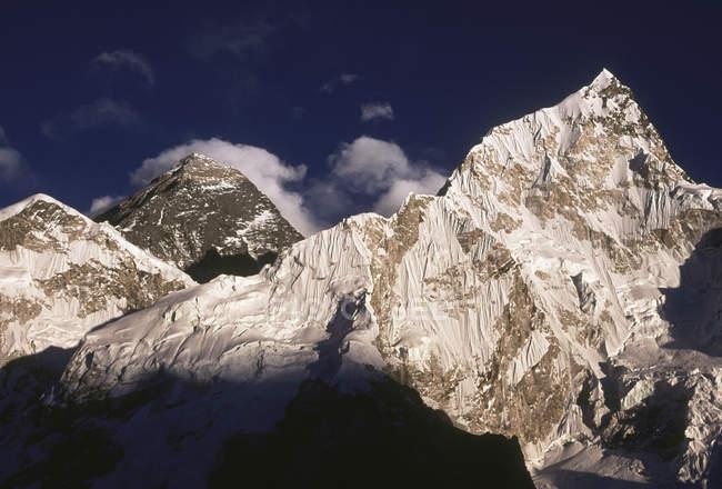 Blick auf Berge Gipfel gegen bewölktem Himmel tagsüber — Stockfoto