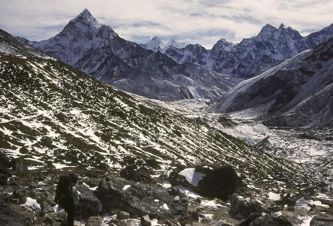 Ansicht der Berge Gipfel und Feld mit Steinen tagsüber — Stockfoto