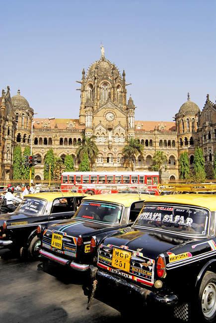 Bombay taxi su strada vicino Victoria Terminus chiamato Chhatrapati Shivaji Terminus Station. Bombay Mumbai, Maharashtra, India — Foto stock
