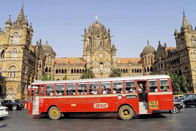 Автобус, проходящей на дороге вблизи Вокзал Виктория именем имени Чатрапати Шиваджи конечной станции. Бомбея Мумбай, Махараштра, Индия — стоковое фото