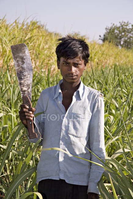Indian farmer with knife at field. Salunkwadi, Taluka, Ambejpgai district, Beed, Maharashtra, India — Stock Photo