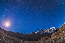 Constelaciones de estrellas sobre picos de Columbia Icefields - foto de stock