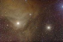 Paisaje estelar con cúmulos globulares en la constelación Scorpius - foto de stock