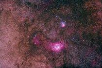Paisaje estelar con nebulosas Lagoon y Trifid - foto de stock