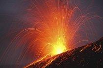 Erupción de Krakatau en el estrecho de Sunda - foto de stock
