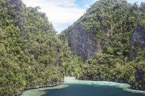 Robuste isole calcaree intorno alla laguna — Foto stock