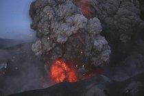 Erupción de Eyjafjallajokull en cráter de Cumbre - foto de stock