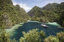 Schoner friedlich in Lagune — Stockfoto