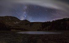 Звезда тропы выше небольшое озеро — стоковое фото