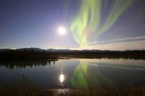 Aurore boréale et pleine lune — Photo de stock