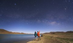 Couple looking at Milky Way — Stock Photo