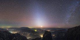 Зодиакальный свет с Млечный путь над городами — стоковое фото
