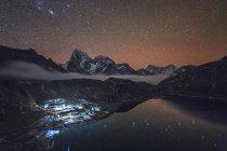Nuit étoilée dans le village de Gokyo sherpa — Photo de stock