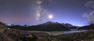 Ciel étoilé au-dessus du glacier Laigu — Photo de stock